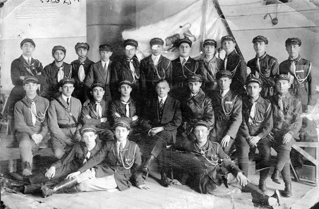 """זאב ז'בוטינסקי וחברי בית""""ר מווילנה ב-1927"""